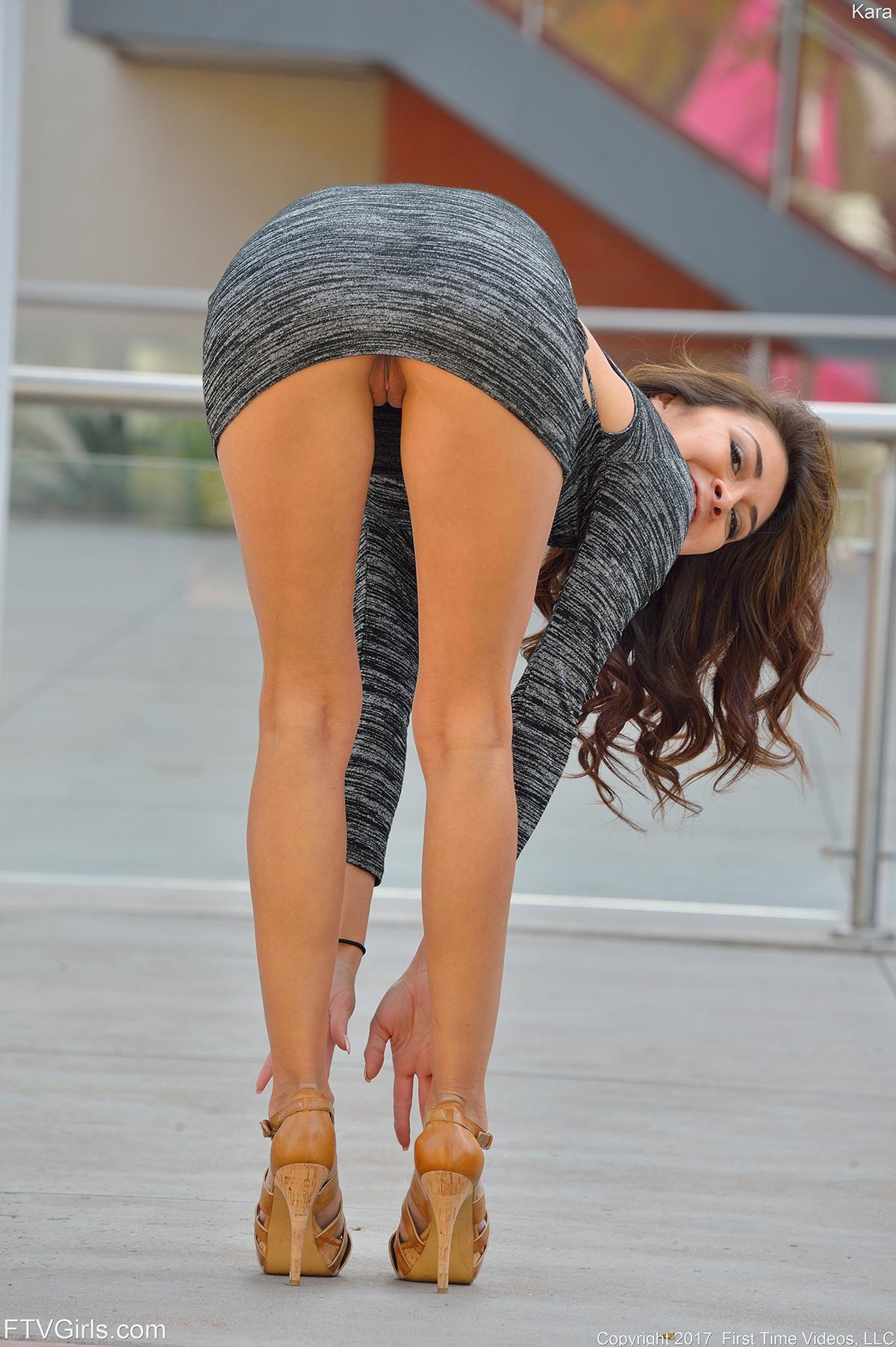 В коротком платье нагнулась и засветила трусы, просмотр порнуха на улице